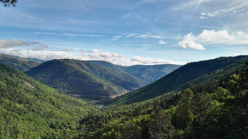 Serra da Estrela biedt niet alleen grillige rotspartijen, ook diepgroene valleien sieren de regio op