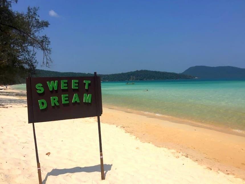 Het rustige strand van Koh Rong Samloem