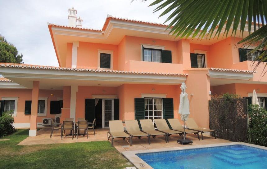 Elke villa heeft een eigen zwembad en veel voorzieningen voor kinderen.