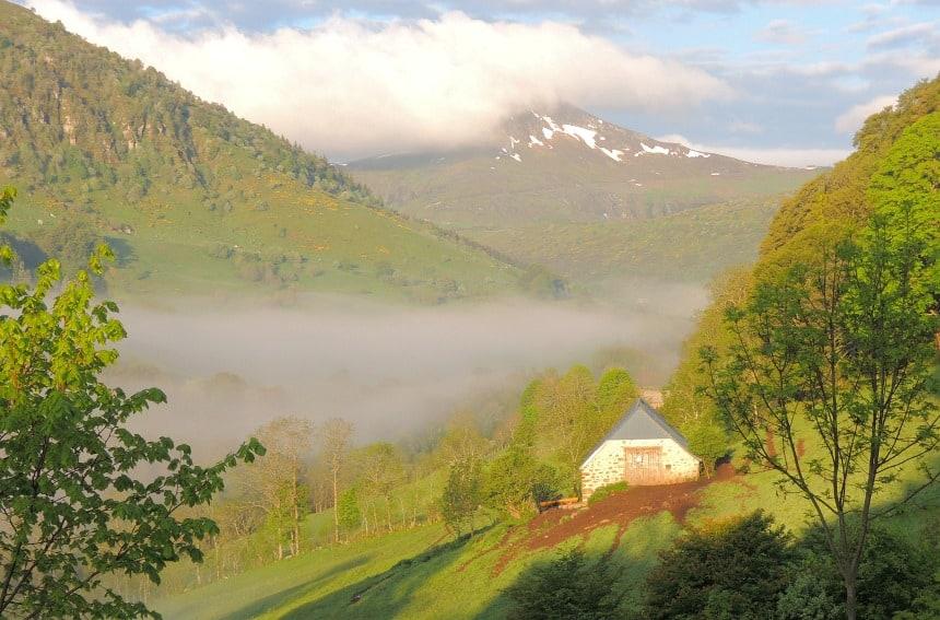 De Auvergne is een oud vulkanisch landschap, in hoogte variërend van 800-1800 meter.