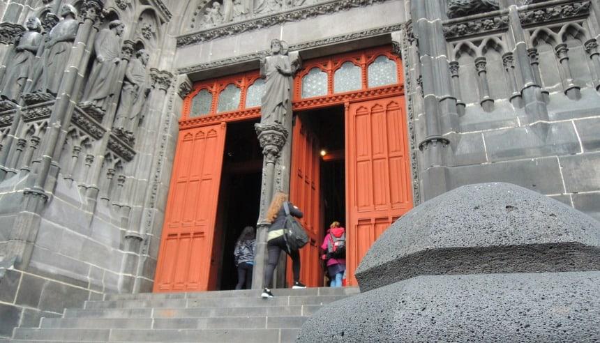 Veel gebouwen in de Auvergne zijn van blokken zwarte lava-steen.
