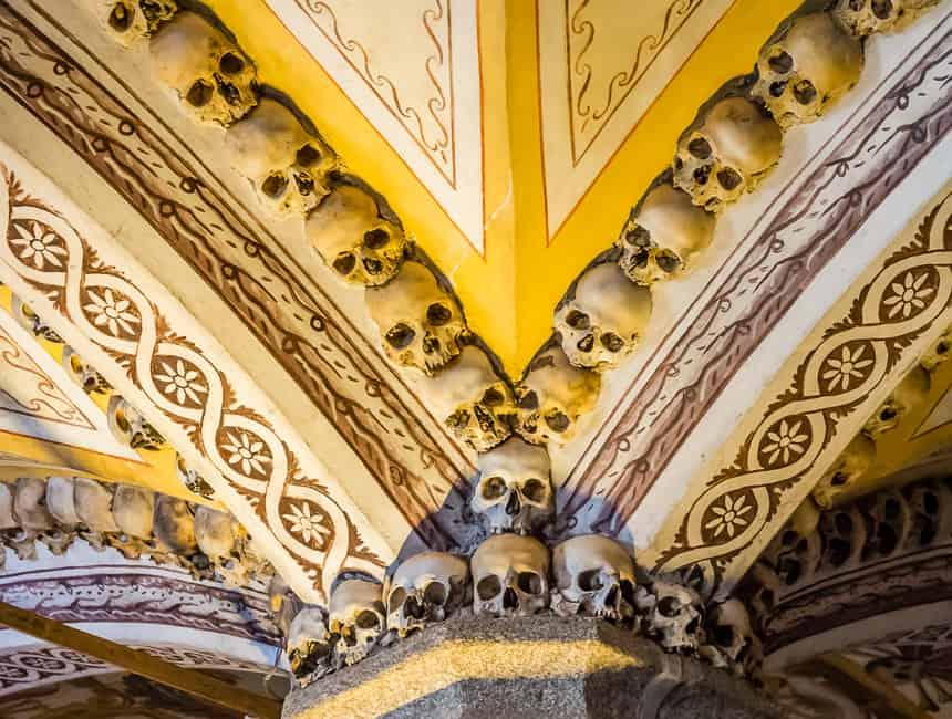 Schedeldecoratie. Capela dos ossos in Evora