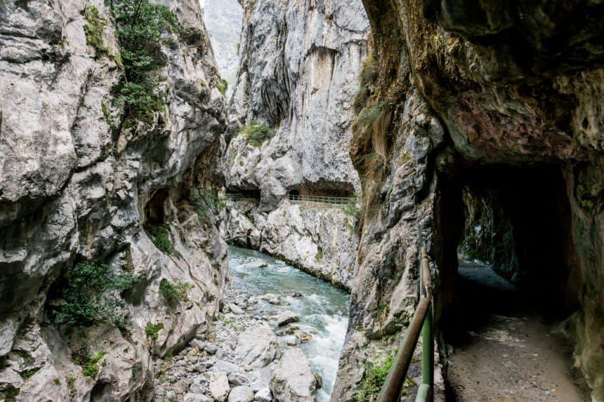 De wondermooie Ruta del Cares door de uitgekapte rotsen
