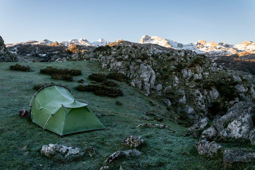 Een tent vol vorst met zicht op de besneeuwde toppen
