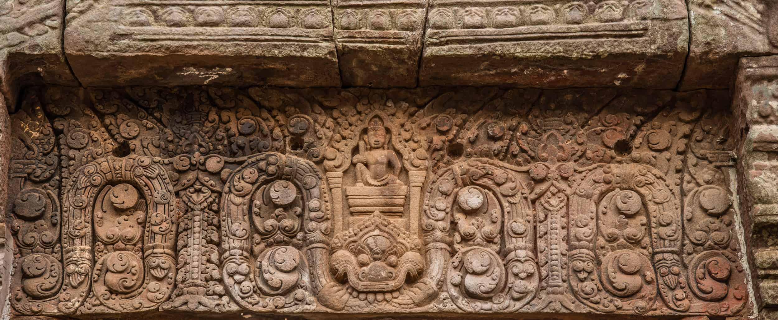 Latei boven de deur van het heiligdom van Wat Phou