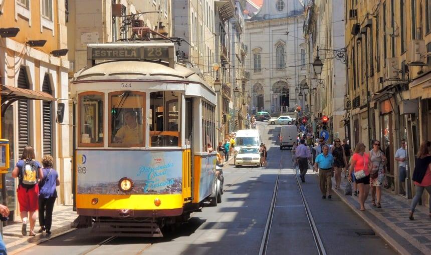 ... of je neemt de beroemde tram 28: heuvel op en heuvel af.