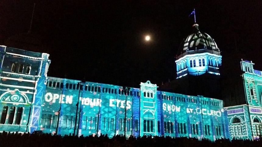 Kunst op de buitenkant van het Melbourne Museum tijdens White Night