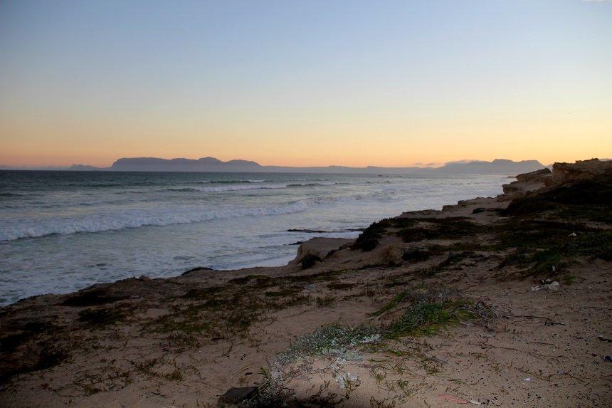 Zonsondergang vlakbij Muizenberg in Zuid-Afrika