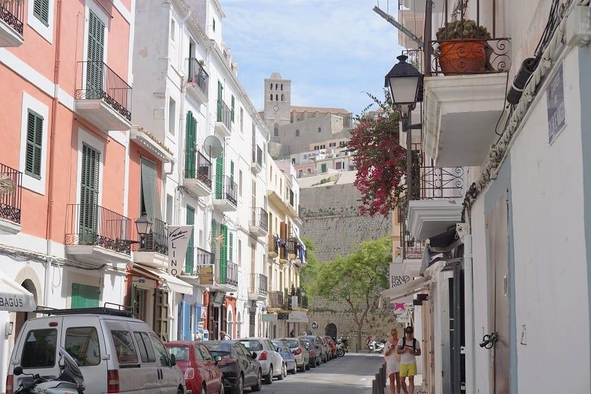 Smalle straatjes met uitzicht op de kathedraal.