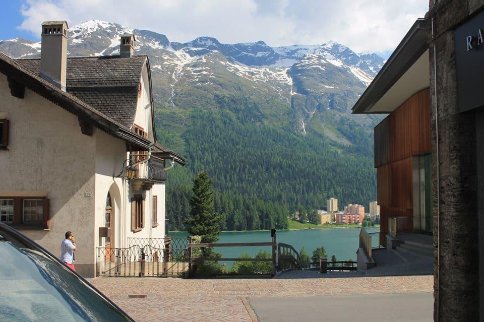 Een prachtig uitzicht moeten die twee huizen hebben vanaf hun eigen balkon!