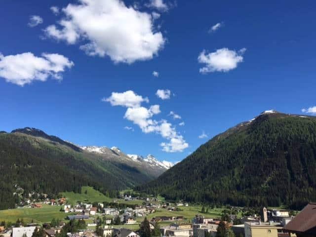 Mooi uitzicht vanuit het hostel over Davos en de vallei erachter