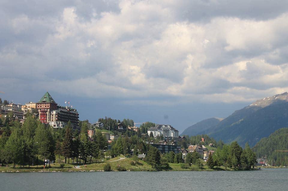 Vanaf de kant kun je mooie plaatjes schieten van het meer en St. Moritz
