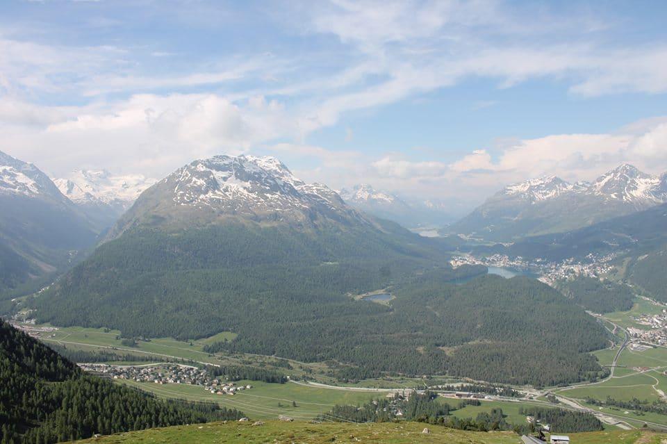 De vallei waarover uit gekeken wordt vanaf het terras