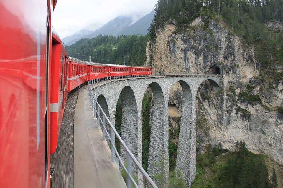 De terugweg reden we over een traject met de beroemde rode trein en reden over deze iconische brug: het Landwasser Viaduct