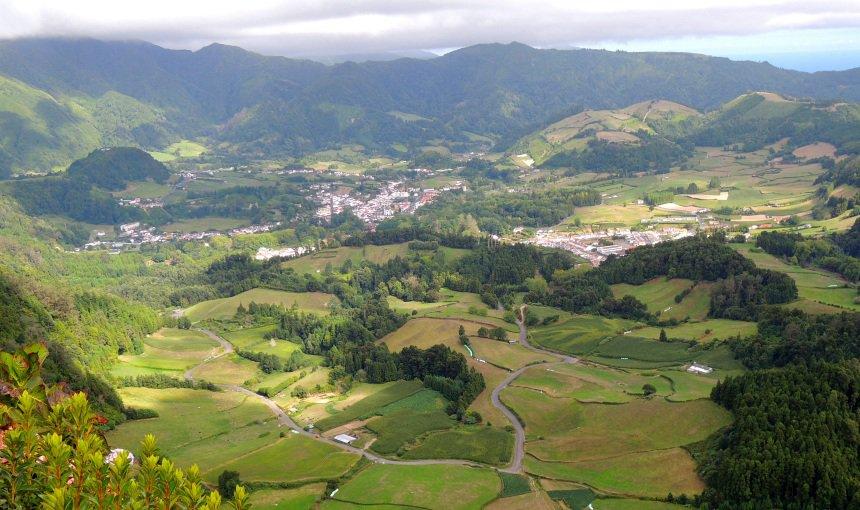 De krater van de vulkaan met op de bodem het dorpje Furnas.