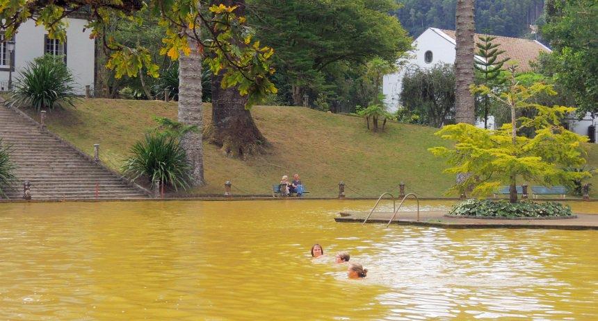 Het hete water in het vulkaanmeer is geneeskrachtig.