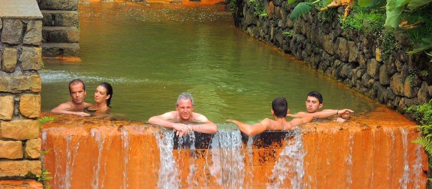 In Furnas kun je overal genieten van het hete water.