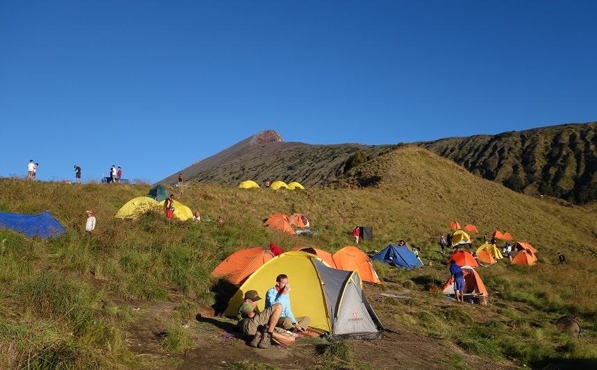 De basecamp op de rand van de krater.