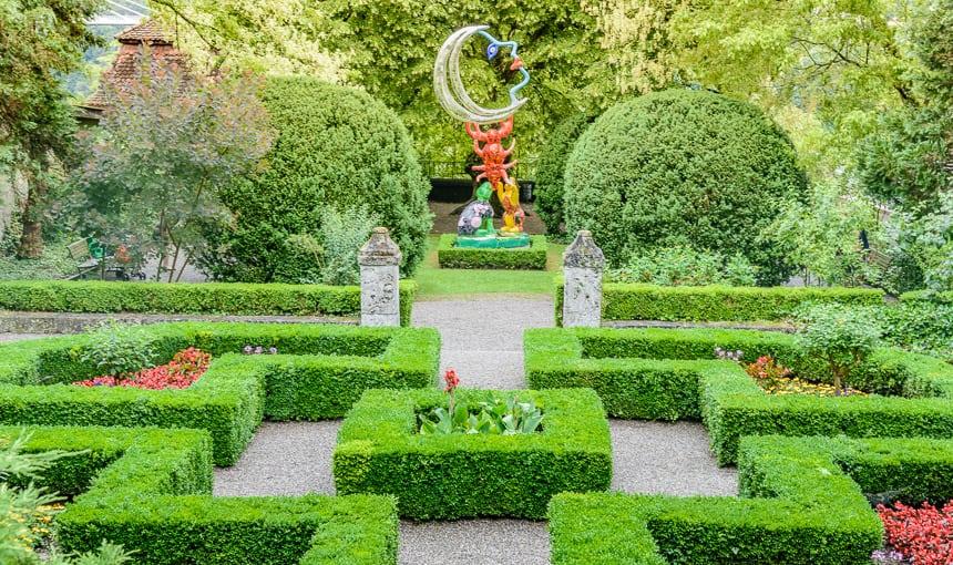 Beeld van Niki de Saint Phalle in de tuin van het Natonal History Museum