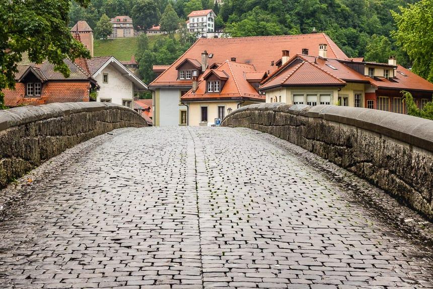 Fribourg - Een oude stenen brug over de Saane