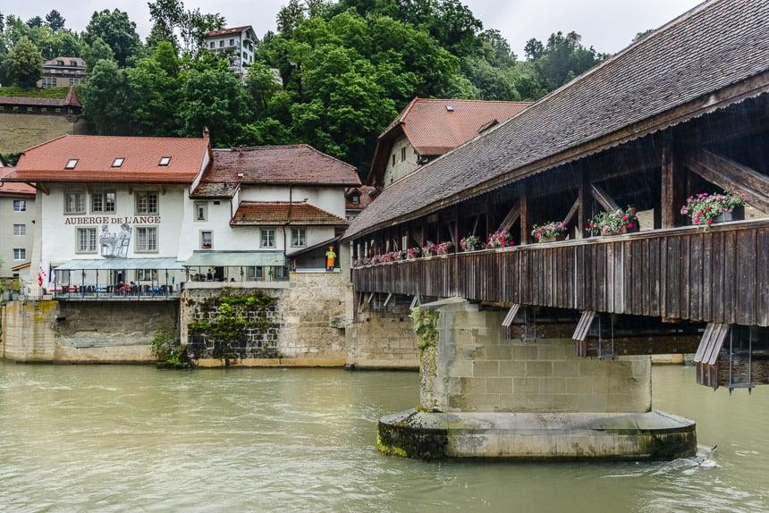 Fribourg - Een overdekte houten brug over de Saane