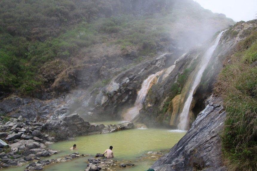 Na een lange dag klimmen en klauteren is er niets beter dan bijkomen in een van de warmwaterbronnen in de krater.