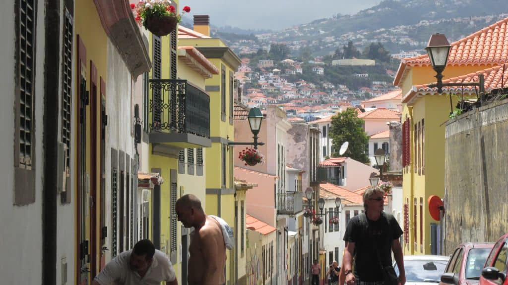 Gekleurde huizen versieren de heuvels rond Funchal