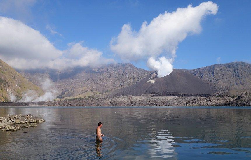 Een van mijn teamgenootjes neemt een duik in het frisse kratermeer.