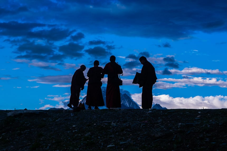 Tibetaanse monniken bij de Zonsondergang in Tagong