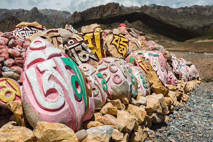 Mani stenen bij een klooster aan de Mekong bij Shorda, Nanchen distrikt.