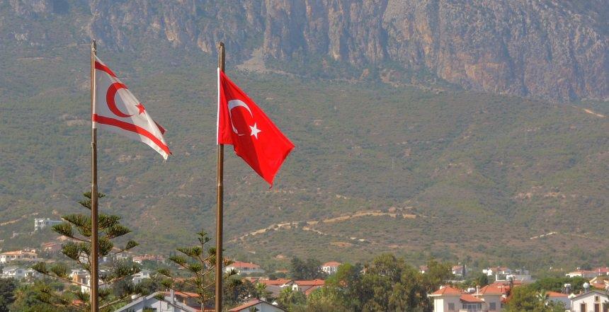 Noord-Cyprus is een land tegen wil en dank. Turkije heeft er invloed, de EU boycot het gebied en de bewoners wachten af.