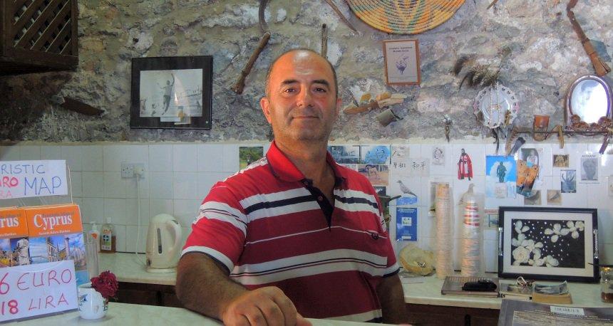 Deze café-eigenaar ziet de Turkse invloed liever snel verdwijnen. En de economische boycot ook...