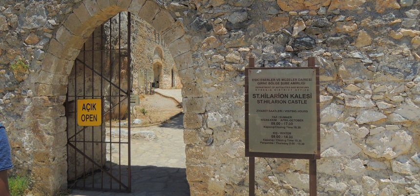 De ingang van het Hilarion-kasteel.