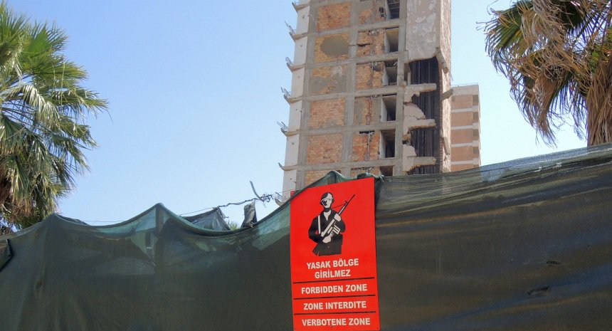In dit VN-niemandsland liggen tientallen verlaten hotels.