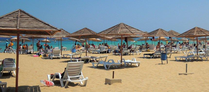 Kleine strandjes waar volop plek is.