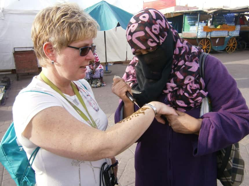 Tanita laat zich met henna beschilderen