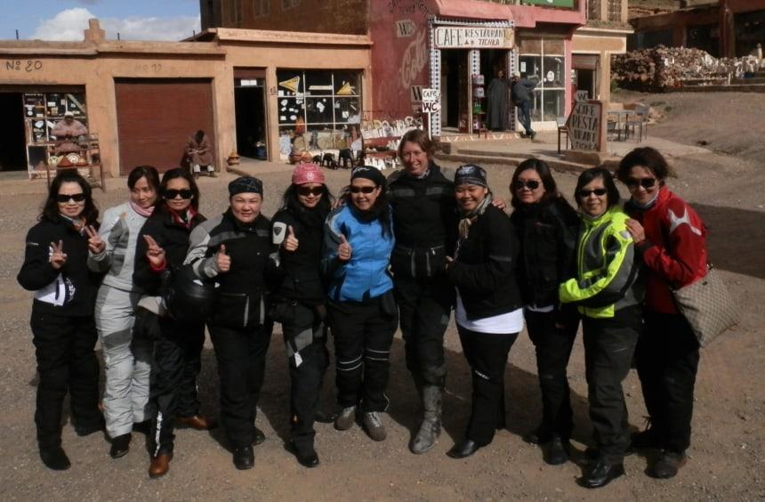 Trotse en blije vrouwen op de Col du Tichka, 2260 m.