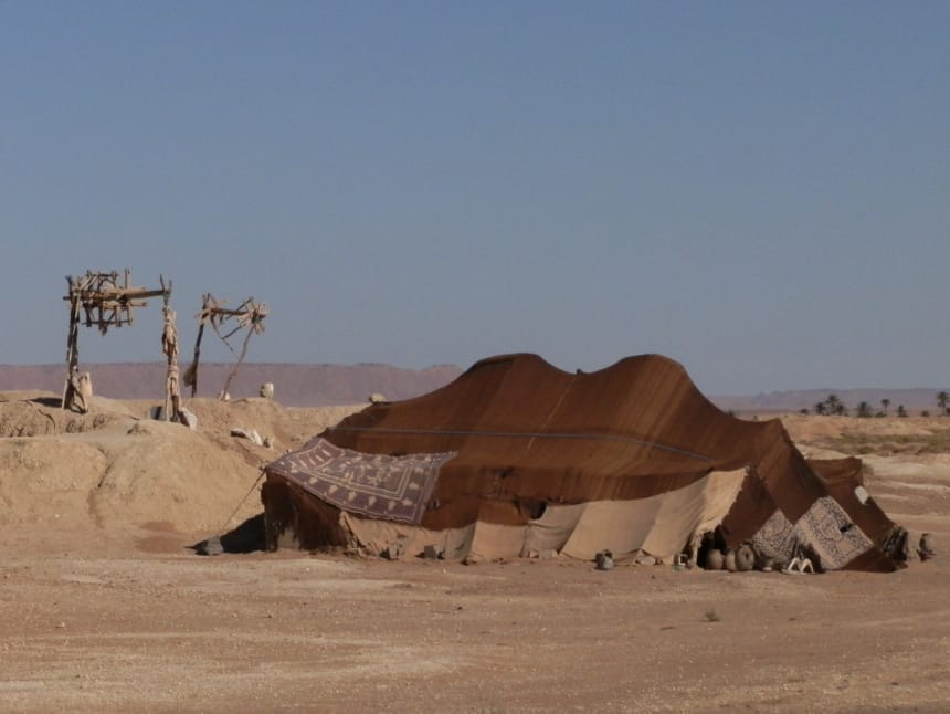 Irrigatiesysteem bij de berbertenten aan de rand van de woestijn