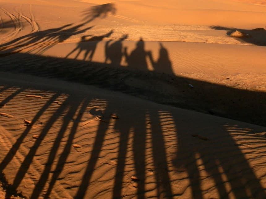 Op een dromedaris bij zonsondergang door de zandduinen van Erg Chebbi