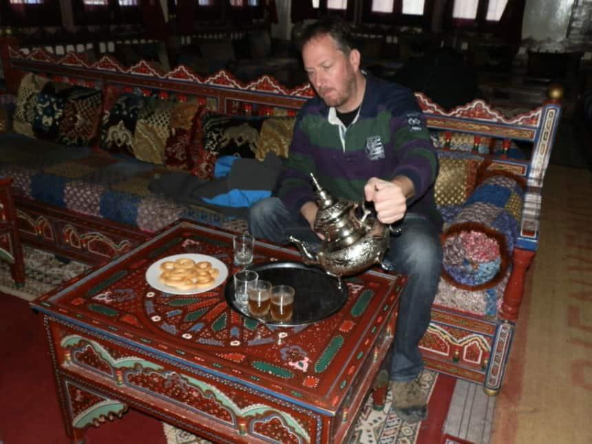 Theeceremonie, Marokkaanse muntthee schenk je uit de hoogte