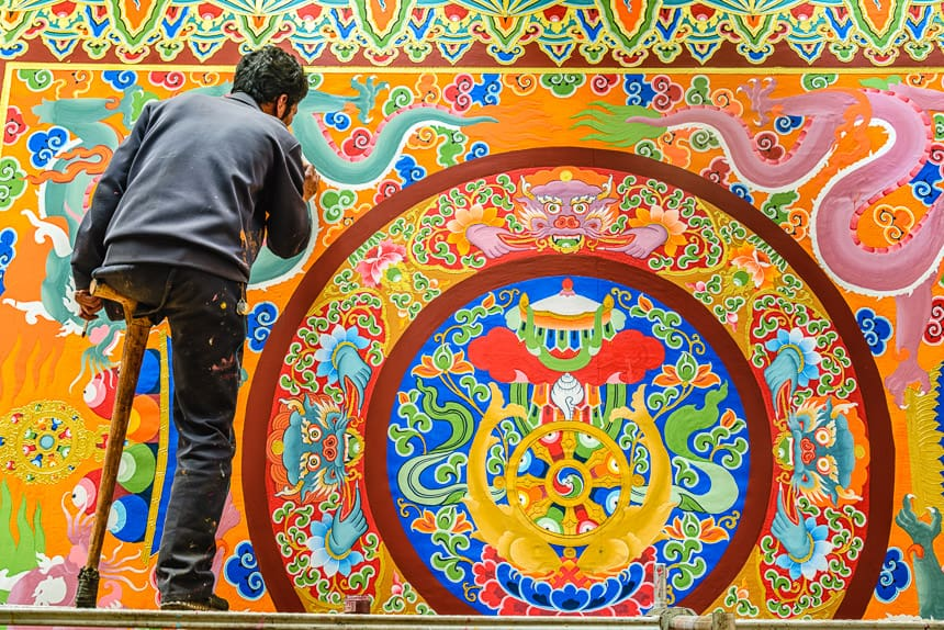 Eenbenige schilder in het Thubchen Choekhorling Monastery in Litang