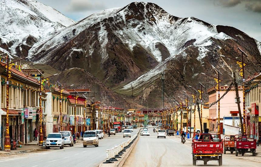 De hoofdstraat van Qapugtang-Zadoi