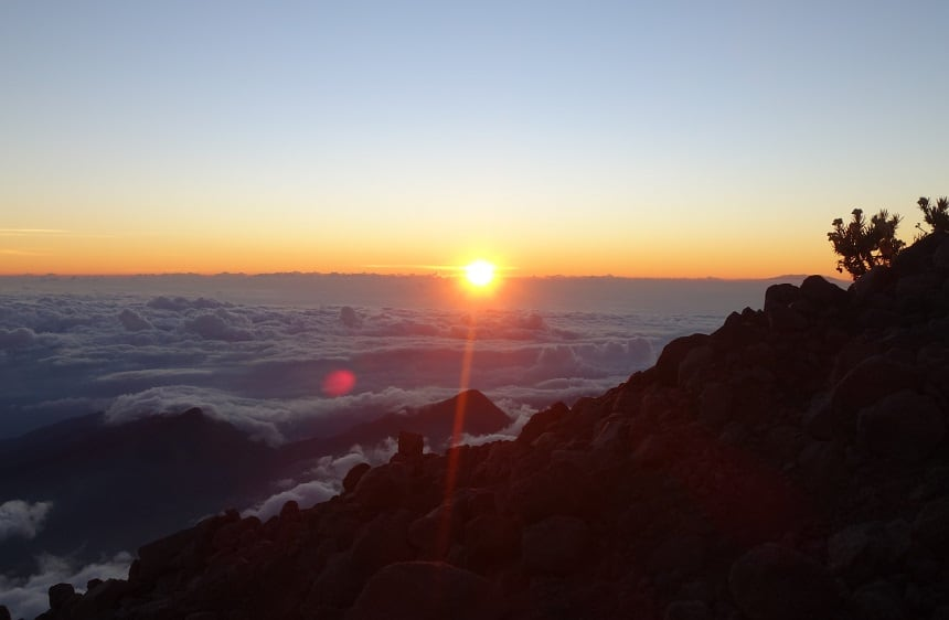 Zo dichtbij, maar toch zo ver weg. De zon kwam op net voordat we de top bereikten.