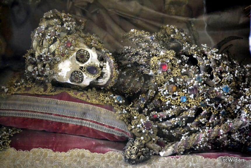 Het met juwelen en goud bekleedde skelet in de kerk op de Kalvierenberg.