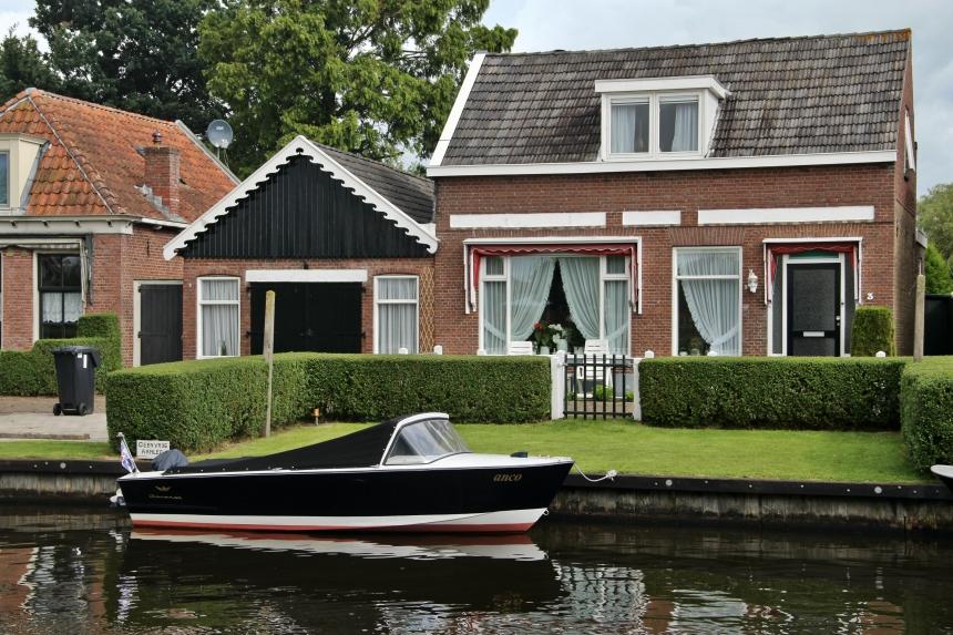 De bootjes langs de grachten in het Friese Terherne leveren typisch Hollandse plaatjes op
