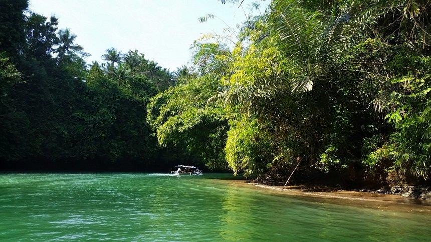Al varend over de groene rivier
