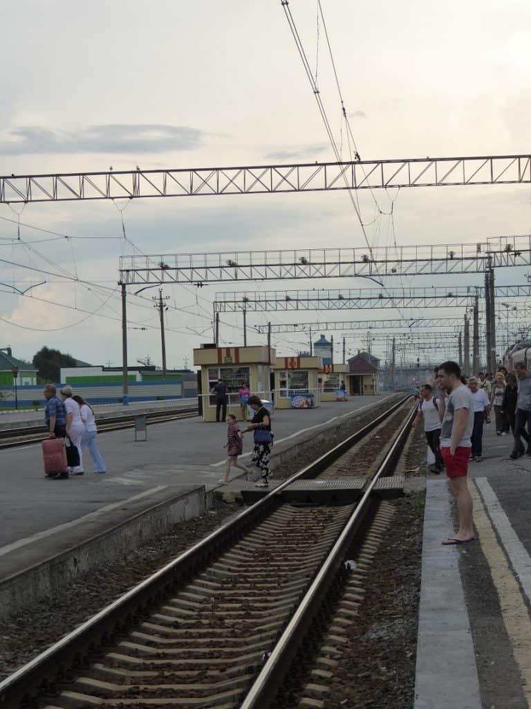 Het spoor steek je gewoon over: let echter altijd op dat je tijdig terug naar je treinstel loopt