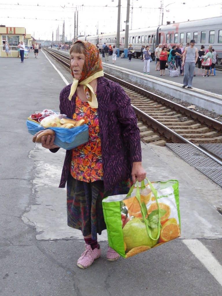 Vers brood, fruit en groenten zijn overal op de stations te krijgen