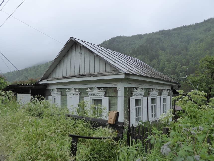 Listvyanka ademt de sfeer van een klein Alpendorpje uit