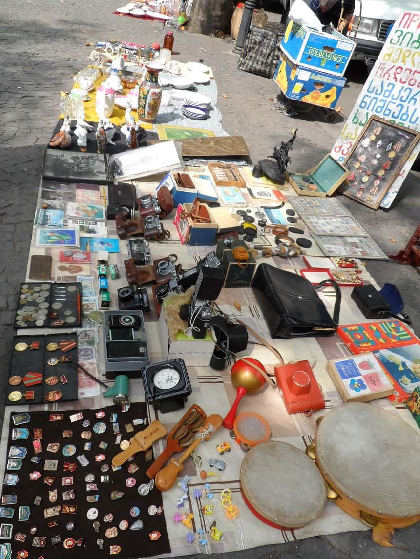Vintage souvenirs scoren op de vlooienmarkt onder de Dry bridge in Tiblisi